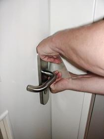 Mit dem Scheckkartentrick kann der Türöffnungsspezialist zugefallene Türen sekundenschnell öffnen.