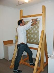 Im Selbstversuch: BM-Redakeur Stefan Kirchner testet mit einem einfachen Holzhebel, wie schnell ein geschlossenes Fenster zu öffnen ist.