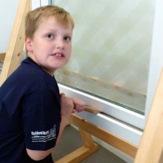 Grund zum Nachdenken: Wenn der 8-jährige Florian mit wenig Mühe ein handelsübliches Kunststofffenster aushebelt, wird der Bedarf nach mehr Sicherheit auch für Laien ersichtlich.