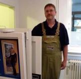 Tischlermeister Jürgen Hoppe vor einem Musterfenster