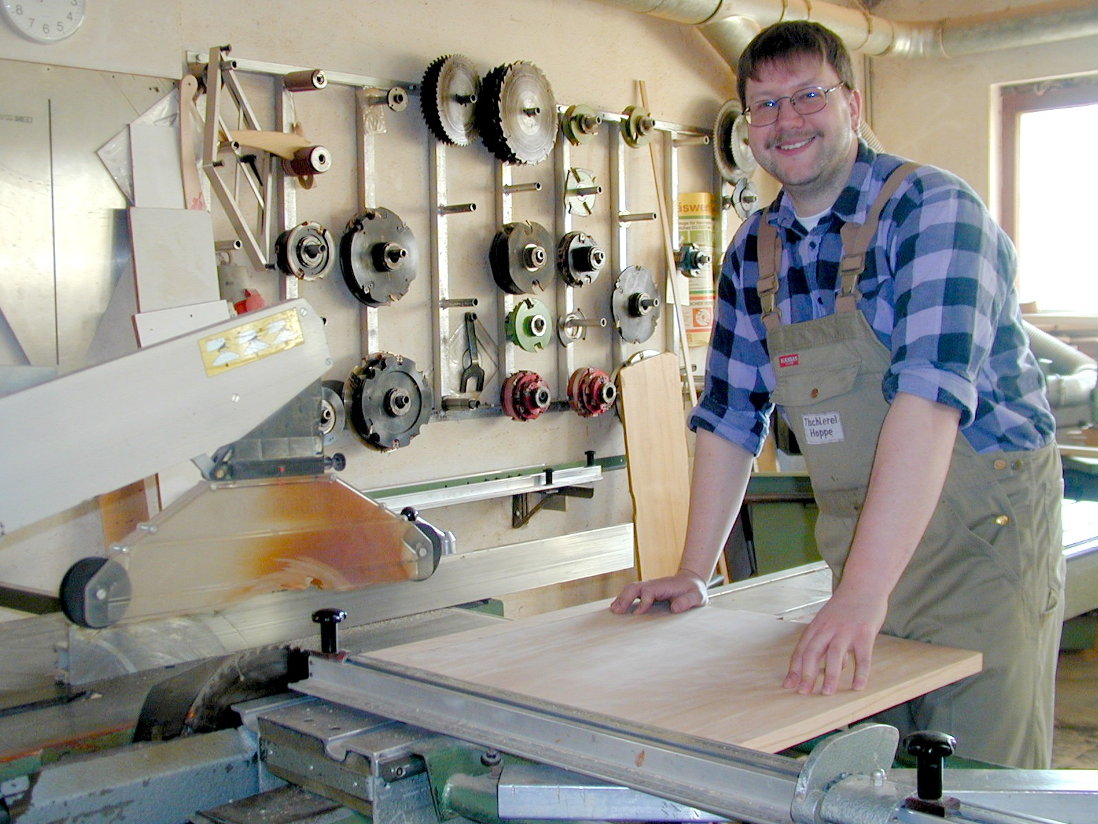 Tischler bei der arbeit  24.02.2005: Seit 27 Jahren mit grundsolider Arbeit vor Ort ...