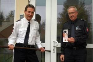 Polizeichef Wilfried Korte (l.) und Polizeioberkommissar Rolf Potthast mahnen zur Vorsorge. Mit Flyern will die Polizei Hausbesitzer auf Gefahrenquellen hinweisen. Foto: jaj