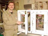Jürgen Hoppe ist stolz auf die Auszeichnung seines Betriebes. Hier präsentiert er Musterfenster mit sichtbaren und verborgenen Einbruchsicherungen. Foto: who