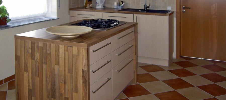 Küche mit extra hoher Arbeitsplatte aus Spanplatte, mit Oberfläche Dekor Ahorn