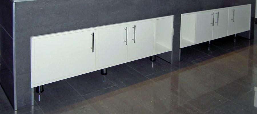 Waschtischunterschrank aus beschichteter Spanplatte