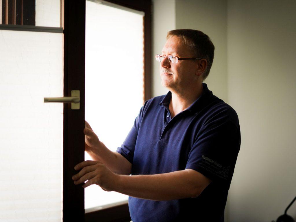 Reparaturspezialist, Tischlermister und Sachverständiger Jürgen Hoppe bei der Fensterbegutachtung