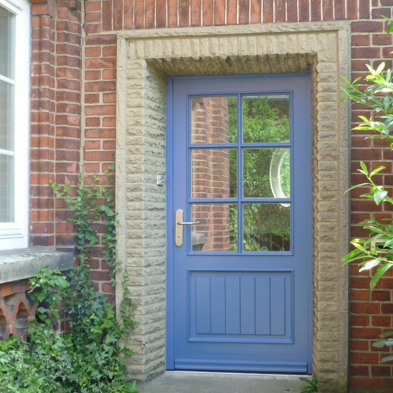 Einbruchsichere blaue Haustür